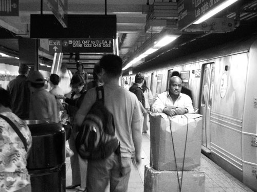 Stacja metra Roosevelt Ave., Queens, w godzinach szczytu